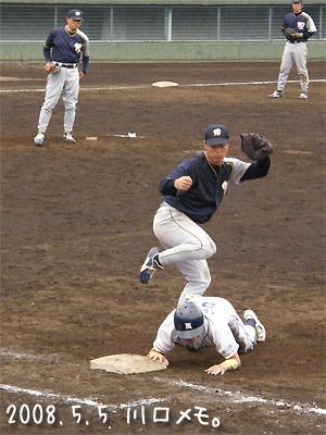 志村投手の牽制で帰塁する竹田選手
