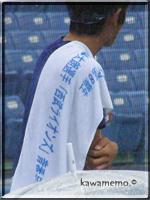 岩佐投手の肩越しにタオル
