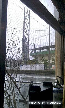 ダルマカフェから日立市民球場を覗き見