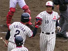 ホームインで斉藤選手とタッチ
